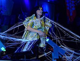 Björk e os elementos cênicos: aqui ela aparece entremeada a uma teia de aranha