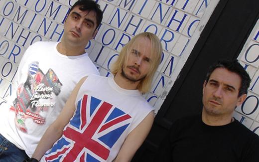 André Stella, no centro: A década de 90 e o Nirvana em particular são uma grande influência para nós. Misturamos grunge, punk rock, indie rock e muita coisa do rock inglês também
