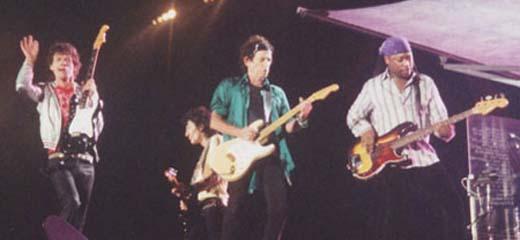 A linha de frente dos Rolling Stones no palco pequeno