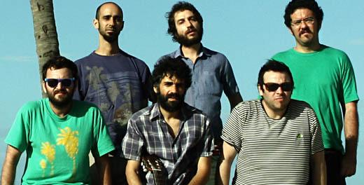 Fernando Catatau cercado por sua trupe: Kalil Alaia (técnico de som e efeitos), Clayton Martin (bateria e programações) e Regis Damasceno (guitarras), acima; e Rian Batista (baixo) e Dustan Gallas (teclado), em baixo, um de cada lado