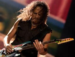 Com uma proteção nas articulações dos dedos, Kirk Hammett mostrou plena forma