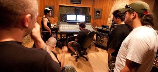 O quinteto em estúdio sob o comando do produtor Rafael Ramos, que 'pega no pé sem parar'