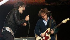 Brandon Boyd se esgoela diante do guitarrista Mike Einziger