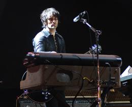 Dean Fertita toca guitarra e teclados