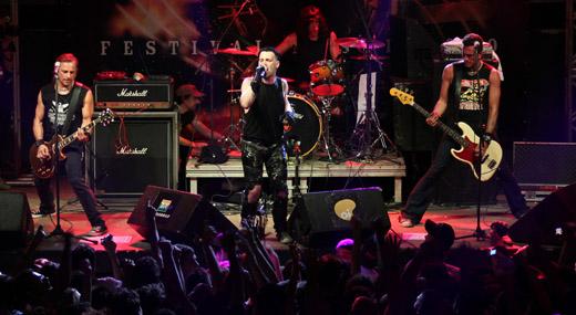 Tukan (guitarra), Michale Graves (vocal) e Niño (baixo); ao fundo, a lenda viva Marky Ramone