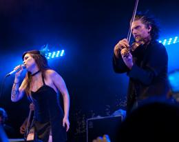 Pitty canta com o figuraça Hique Gomes