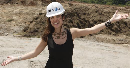 Ela vai: Roberta usa capacete no dia do lançamento da pedra fundamental do Rock In Rio, em dezembro