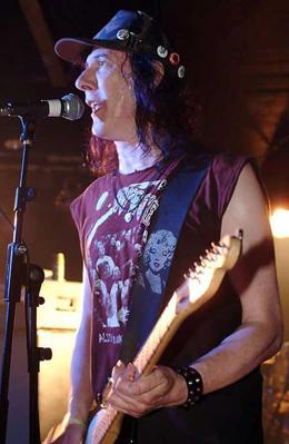 Knox canta e toca guitarra em show do Vibrators