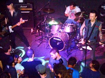 Público + banda: vista aérea da verdadeira festa punk carioca