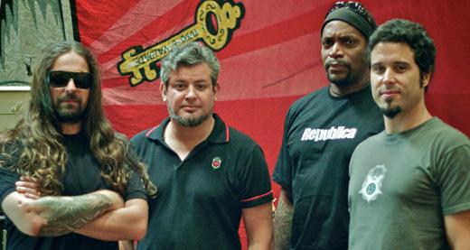 Andreas Kisser, Paulo Jr, Derrick Green e Jean Dolabella fazem pose dentro do estúdio de gravação