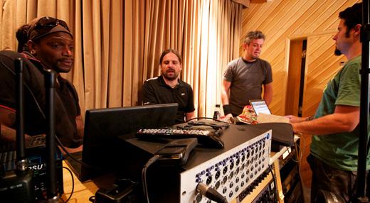 Reunido entre uma gravação e outra, o Sepultura discute detalhes do novo álbum, cujo título é segredo