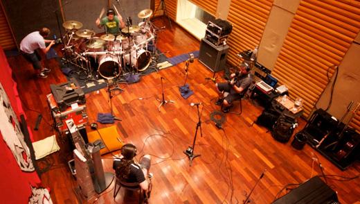 Visão geral da banda gravando no estúdio; fãs puderam assistir a duas horas diárias de todo o processo