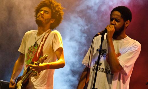 O guitarrista Bruno Kayapy e o rapper Emicida, numa das raras parcerias, no Grito Rock RJ de 2011