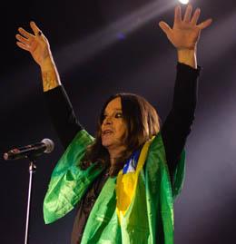 Ozzy pendura a bandeira do Brasil nos ombros