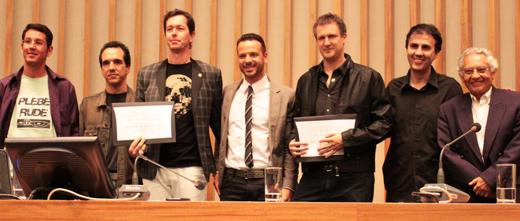 'Cidadãos Honorários': André X e Philippe Seabra mostram os diplomas, entre participantes da cerimônia