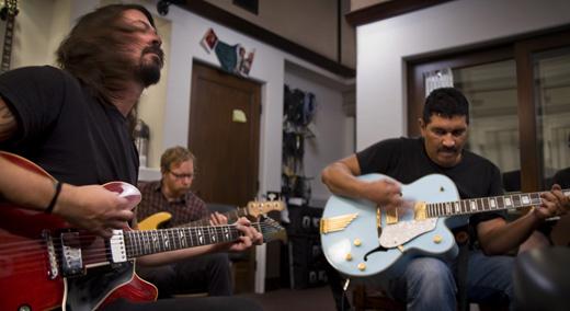 Dave Grohl, Nate Mendel e Pat Smear gravam o novo álbum no estúdio montado em uma garagem