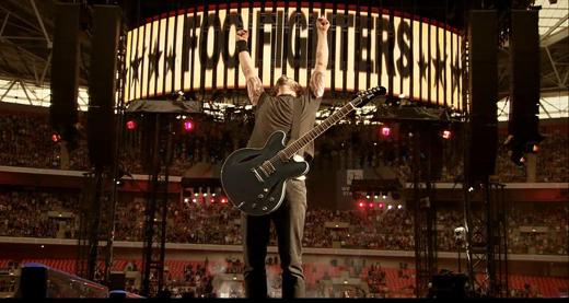 Ápice da carreira: Dave Grohl toca com o Foo Fightes no Estádio de Wembley, lotadinho da Silva