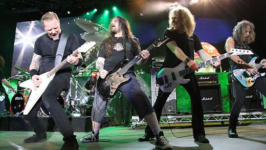 Diversão coletiva: James Hetfield, Andreas Kisser, David Ellefson e Kirk Hammett tocam 'Am I Evil?'