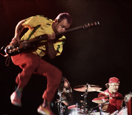 Flea, com a camisa do Penta, e o batera Chad Smith