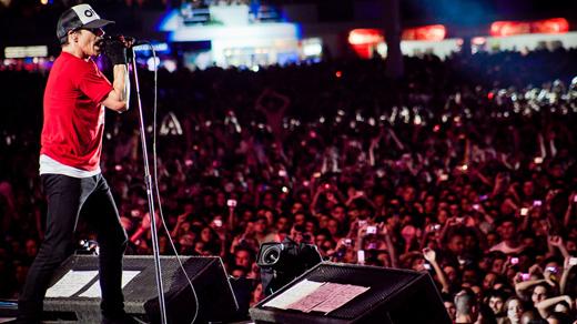 Anthony Kieds, visto do palco, com a multidão de cerca de 100 mil pessoas que lotaram o sabadão