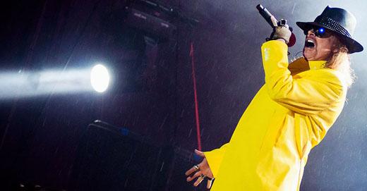 O atrasildo Axl Rose encarou chuva e alagamento na madrugada, mas não reduziu o repertório do show