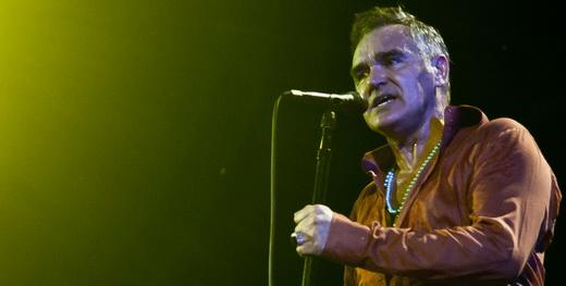 Mais à vontade do que estava há 12 anos, Morrissey esbanja simpatia e é cortejado por animada plateia