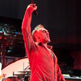 Morrissey lança o cabo do microfone para cima