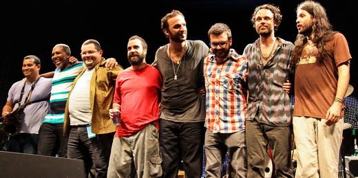 A banda, com todos os músicos de apoio, se despede do público depois de duas horas e 29 músicas