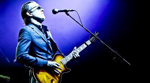 Joe Bonamassa canta e toca em uma das mais de 500 guitarras de sua 'modesta' coleção particular