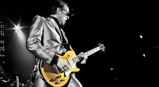O guitarrista também faz parte do Black Country Communion e produz e apresenta programa de rádio