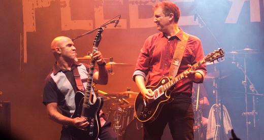 Clemente e Phillippe Seabra empunham guitarras em uma noite das mais inspiradas da Plebe Rude