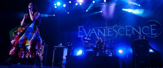 A vocalista à frente do palco, enquanto, no fundo, o batera Will Hunt gira a baqueta entre os dedos