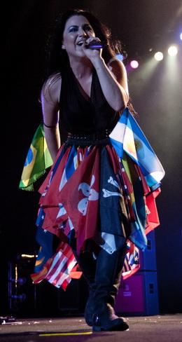 Amy Lee evolui no palco da Arena