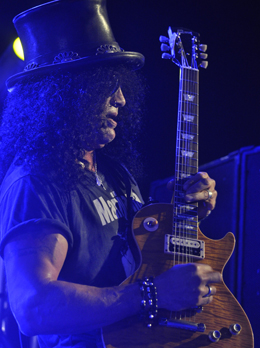 Slash acabou ajoelhado no solo de 'Paradise City'