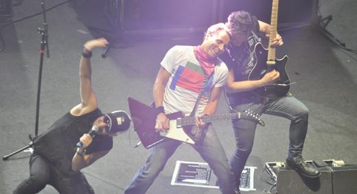 Sergio Britto, Tony Bellotto e Paulo Miklos: os Titãs em pose típica de grandes shows de rock