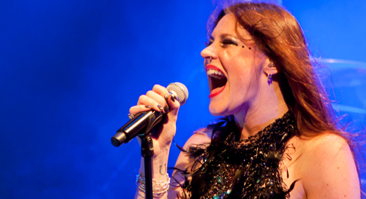 Pode contratar: Floor Jansen solta a voz e com boa performance de palco conquista os fãs do Nightwish