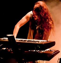O chefão Tuomas Holopainen controla os teclados