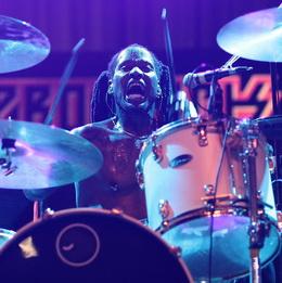 O baterista DH Peligro: faltando pegada