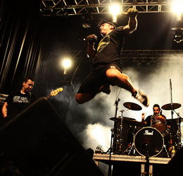 Túlio, vocalista do DFC, 'voa' no palco do festival