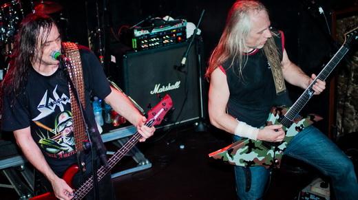 Tom Angelripper no baixo e Bernd Bernemann Kost na guitarra: o massacre sonoro do Sodom