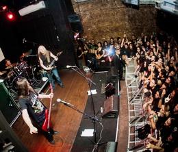 O trio e a multidão enlouquecida na beirada do palco