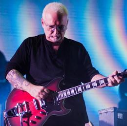 O concentrado guitarrista Reeves Gabrels
