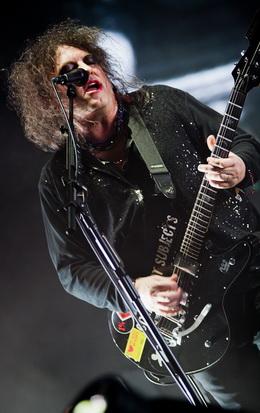 Robert Smith também faz das suas com a guitarra