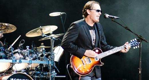 De volta ao Brasil, Joe Bonamassa começou com um acústico, mas logo se entregou às guitarras
