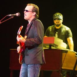 Bonamassa canta, com Derek Sherinian  no fundo