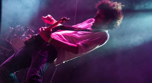 Bruno Kayapy se contorce todo para solar no palco do Circo Voador, no Rio de janeiro, em maio de 2010