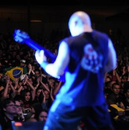 Marc Rizzo, de costas, vê bandeira brasileira