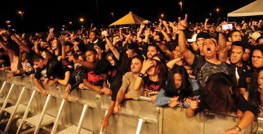 Público vibra com o som alto do show do Soulfly; cerca de 8 mil estavam no local, segundo a produção