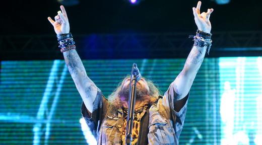Max Cavalera ergue os braços e faz o símbolo do metal para a plateia ensandecida no show do Soulfly