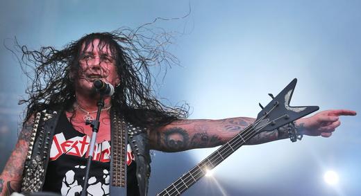 O descabelado Schmier, do Destruction, teve o Krisiun como convidado do esporro no domingão metal